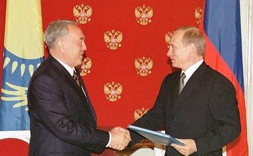Н. Назарбаев и В. Путин на церемонии подписания Протокола к Соглашению о разграничении дна северной части Каспийского моря (13 мая 2002 г.)